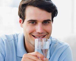 Мужчина со стаканом воды