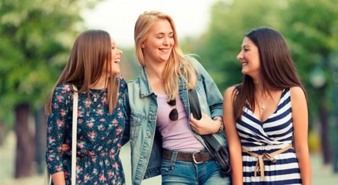 Девушки подружки на прогулке