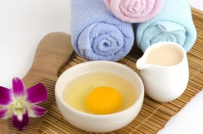 Яйцо полотенце и расческа приготовлены для мыться волос