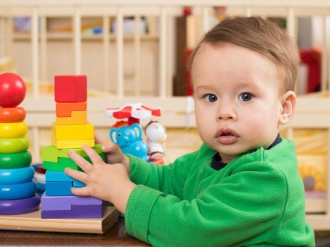 Малыш с пирамидкой
