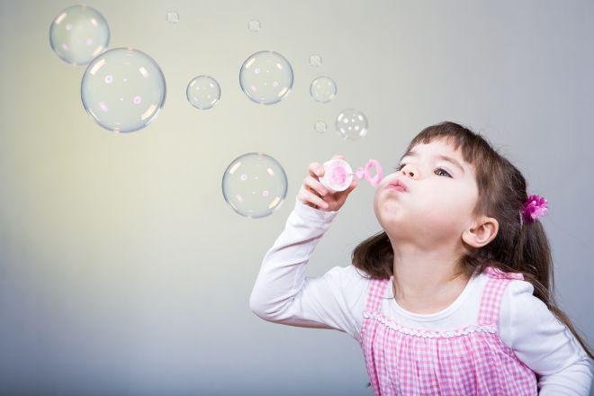 Надувание мыльных пузырей