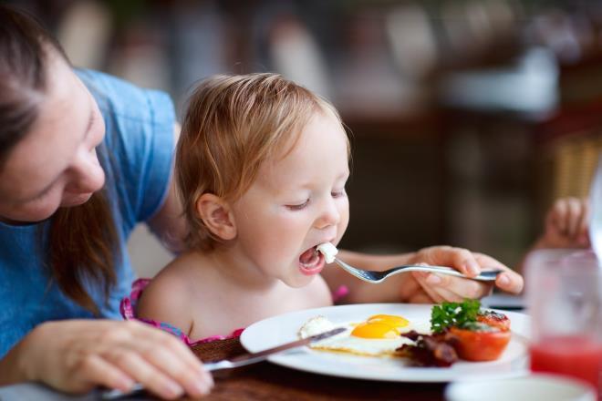 Ребенок ест завтрак