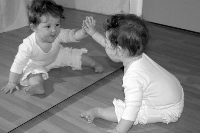 Ребенок с зеркалом