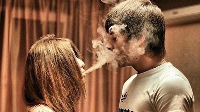 Курение вэйпа молодежью