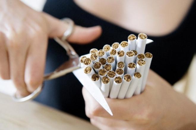 Разрезает сигареты