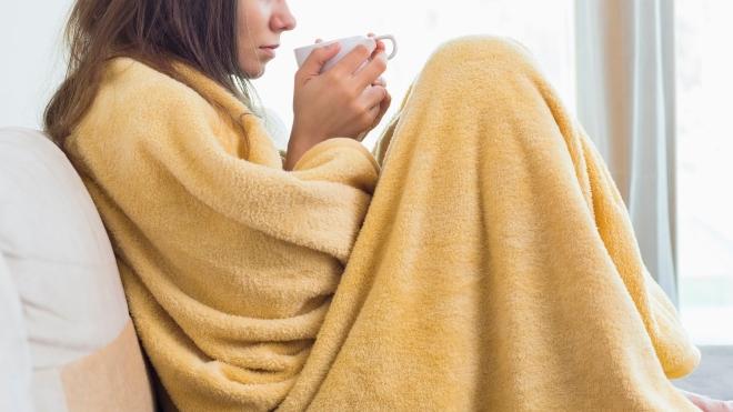 Девушка с чаем в пледе