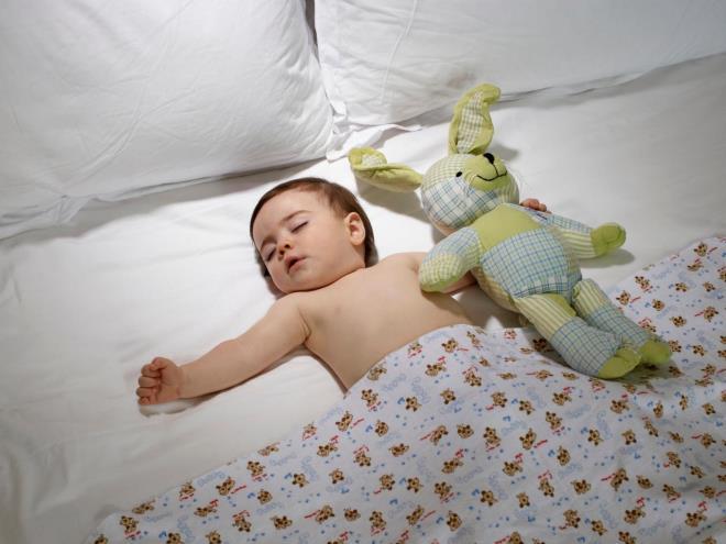 Спит на спине