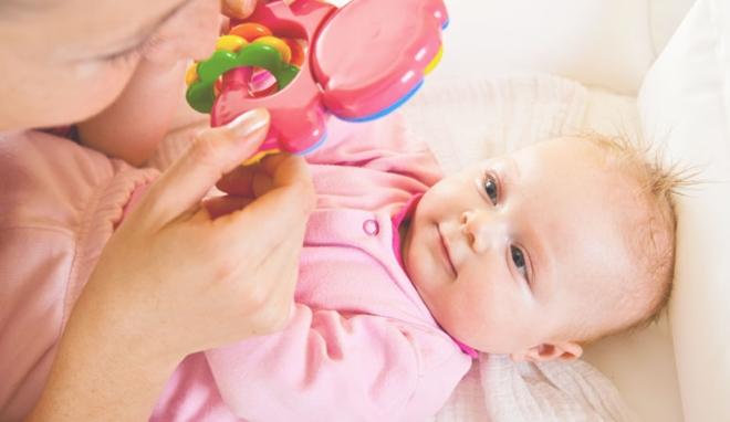 Ребенок смотрит на погремушку