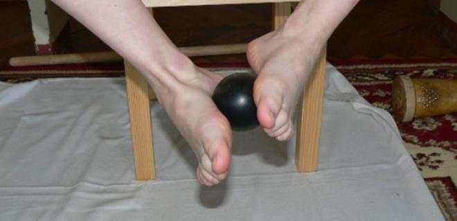 Подъем мячика стопами