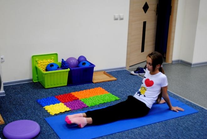 Девочка тянет носки от себя