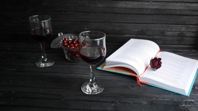 Бокалы и книга