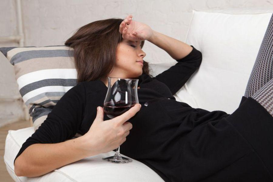 Почему алкоголь более опасен для женщин?