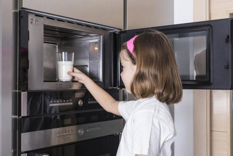 Чем вы рискуете, разогревая еду в микроволновке?