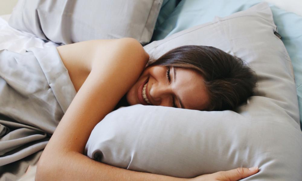 Польза сна в одежде и без
