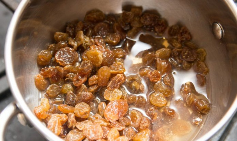 Бабушкин рецепт отвара из изюма помогает очистить печень