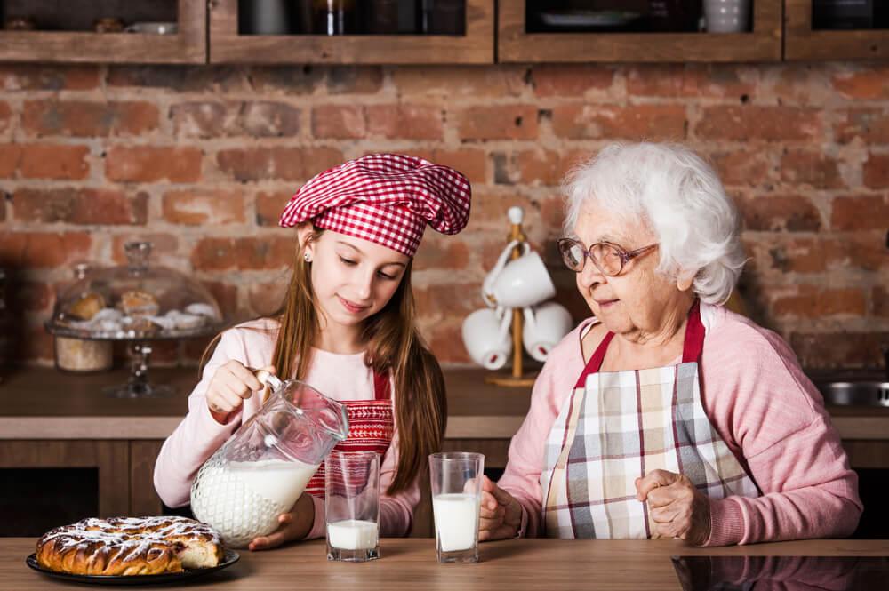 Пожилым людям пить молоко вредно