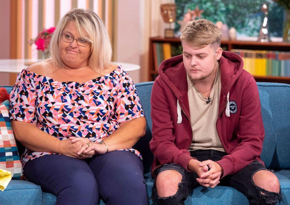 В Англии 18-летний парень ослеп на один глаз из-за того, что с 2-х лет ел только чипсы, шоколад и молоко