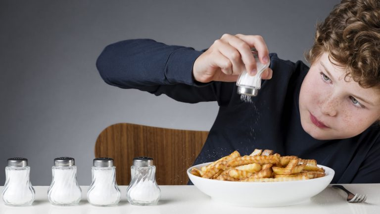 Вредно ли солить еду?