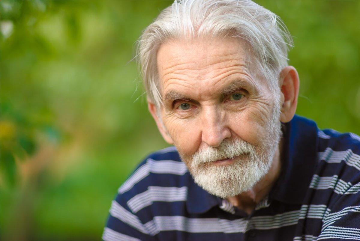 Дедушка пролежал парализованным в квартире два дня, но не хочет, чтобы родственники за ним ухаживали