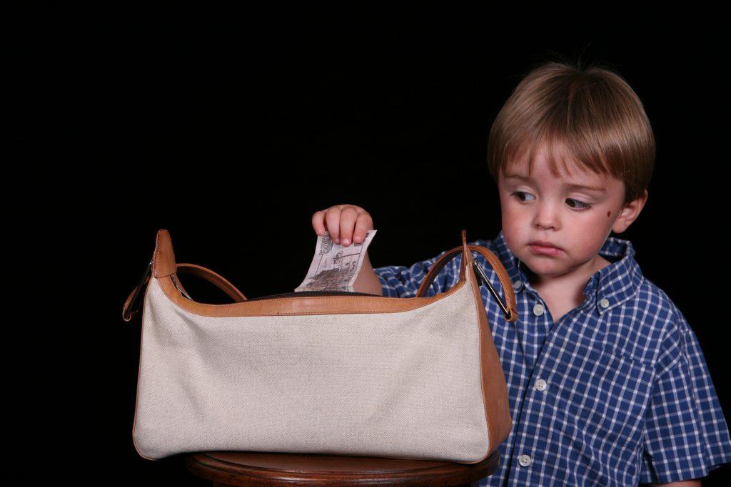 5-летний мальчик лазит по чужим сумкам в поисках сладенького, а его родители только посмеиваются